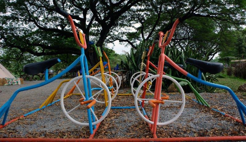 Parken Sie mit Satz modernem Kinderspielplatzhintergrund lizenzfreie stockfotos