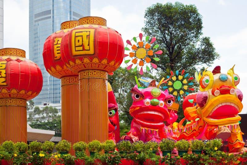 Parken Sie mit traditionellem Dekorationsdrachen für chinesischen Feiertag stockbild