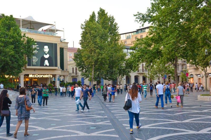 Parken van Baku, lopende mensen stock foto