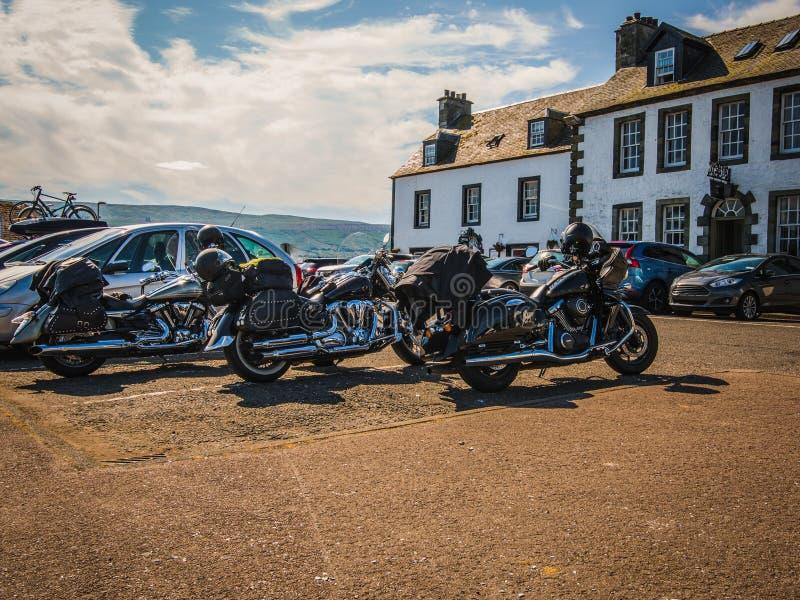 Parken von Motorrädern am Hafen von Loch Fyne, Stadt Inverary, Sc stockbild