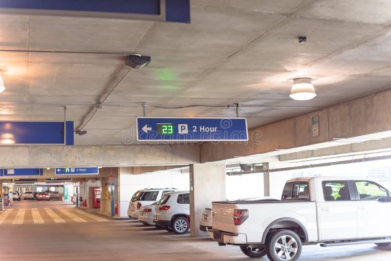 parkende Beschränkung von 2 Stunde mit Realzeitultraschall-LED-Richtung an der modernen Garage lizenzfreies stockbild