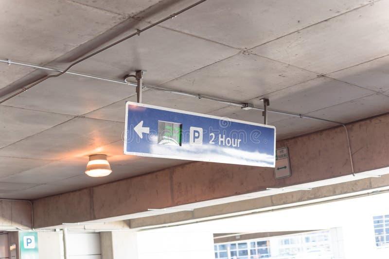 parkende Beschränkung von 2 Stunde mit Realzeitultraschall-LED-Richtung an der modernen Garage lizenzfreie stockbilder