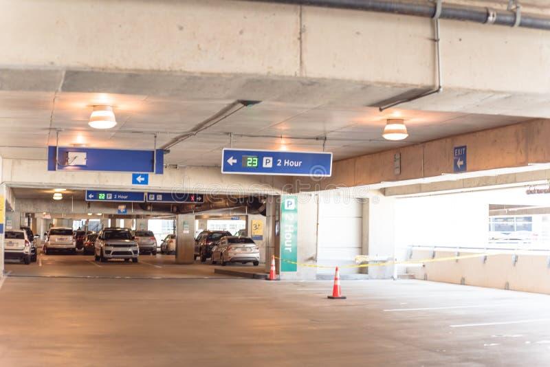 parkende Beschränkung von 2 Stunde mit Realzeitultraschall-LED-Richtung an der modernen Garage stockfoto