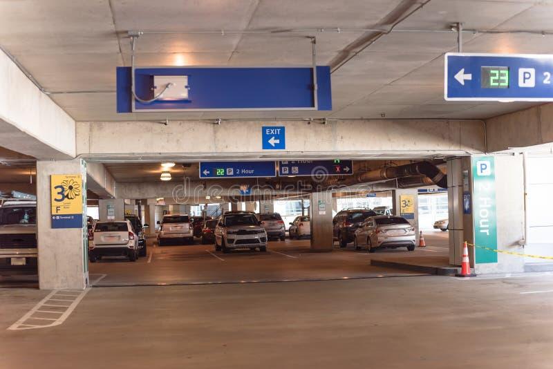 parkende Beschränkung von 2 Stunde mit Realzeitultraschall-LED-Richtung an der modernen Garage stockbild