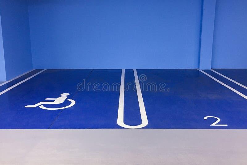 Parkender Untertageplatz für Behinderter stockfotografie