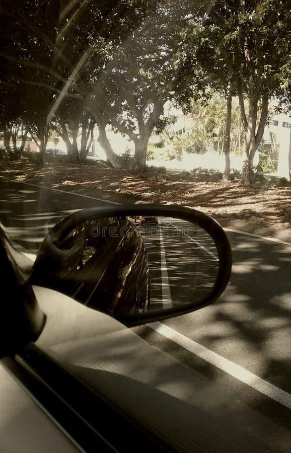 Parkendes Auto-Seitenspiegel stockbilder
