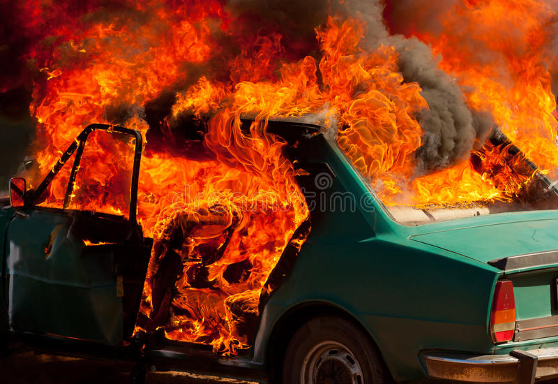 Parkendes Explosionsauto auf Feuer stockbild