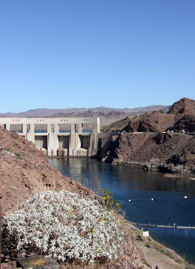 Parker Dam che tiene indietro il fiume Colorado fotografie stock