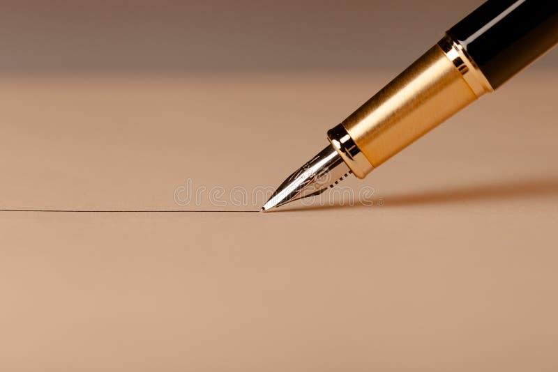 Parker Fountain Pen Draws en rak linje på arkivfoton