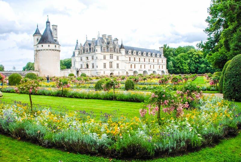 Parkera av chateauen de Chenonceau är en fransk chateau som in spänner över floden Cher, nära den lilla byn av Chenonceaux fotografering för bildbyråer