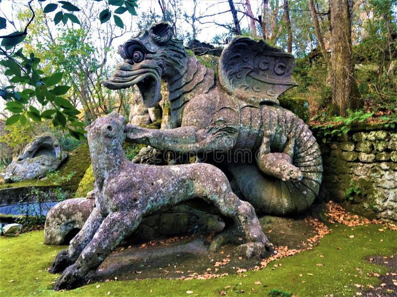 Parkera av monster, den sakrala dungen, trädgård av Bomarzo Drake med lejon och tjusning royaltyfria foton