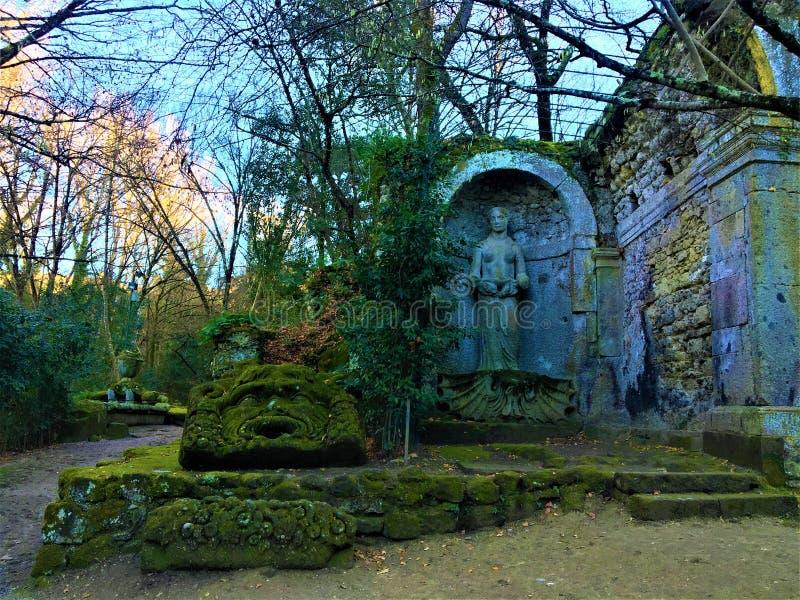 Parkera av monstren, den sakrala dungen, trädgård av Bomarzo Aphrodite och Jupiter Ammon royaltyfria bilder