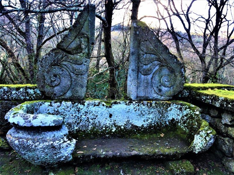 Parkera av monstren, den sakrala dungen, trädgård av Bomarzo Forntida och tappning bada, garnering och alkemi arkivfoton