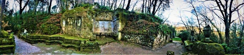 Parkera av monstren, den sakrala dungen, trädgård av Bomarzo Overklig naturalkemi arkivbild