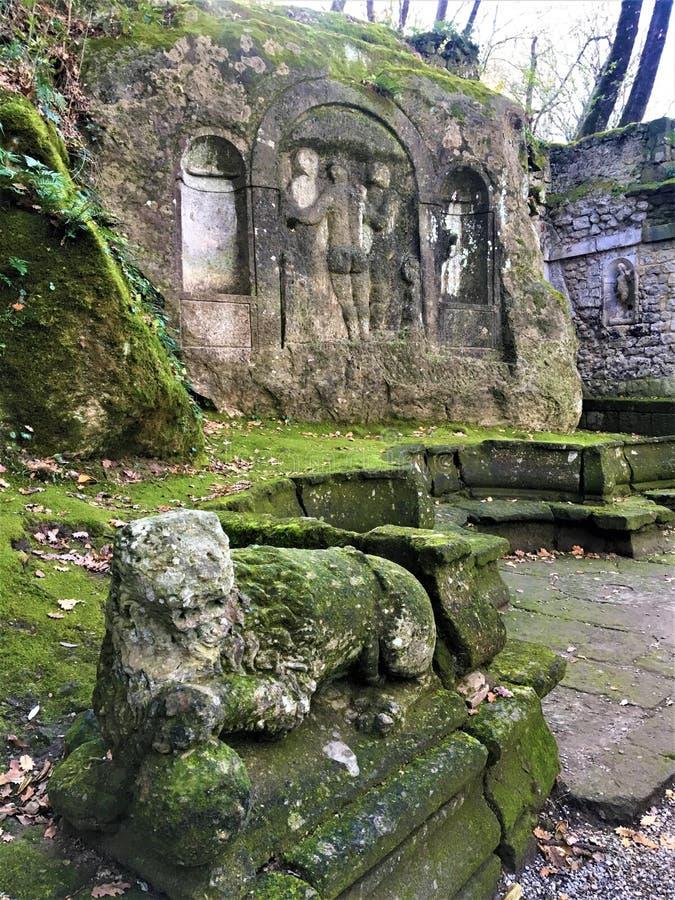 Parkera av monstren, den sakrala dungen, trädgård av Bomarzo Tre gracerna och Nymphaeumen, alkemi arkivfoto