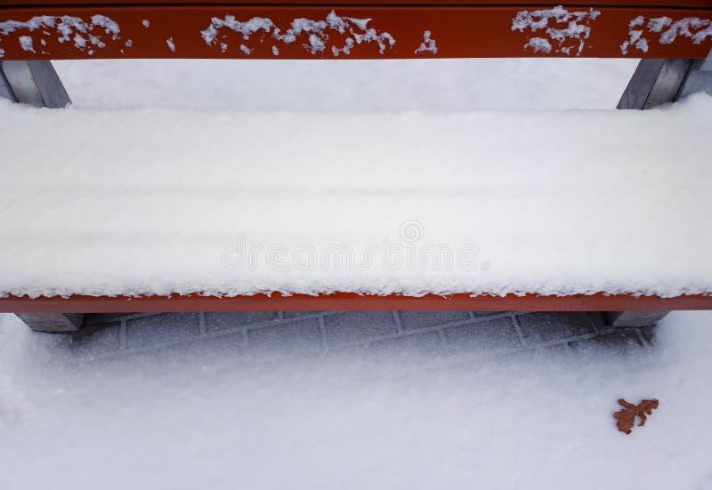 Parkera bänken i snövinterbakgrund royaltyfri fotografi