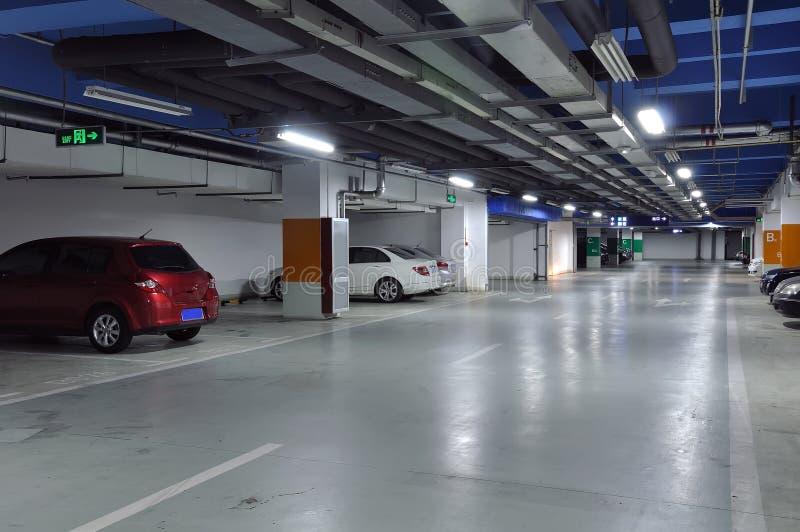 parkera bilen i garage tunnelbanan arkivbild