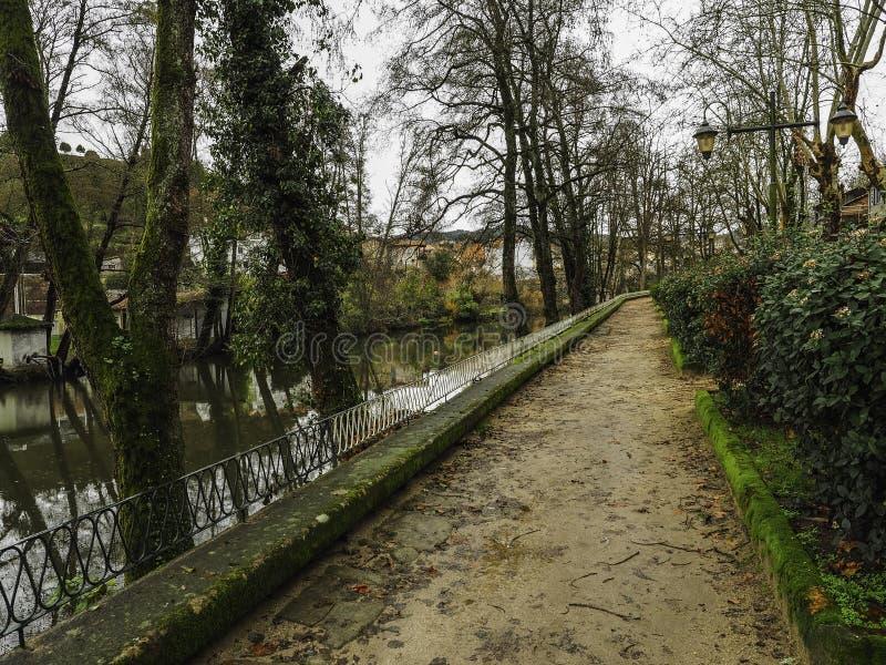 Parkera bredvid floden royaltyfria foton