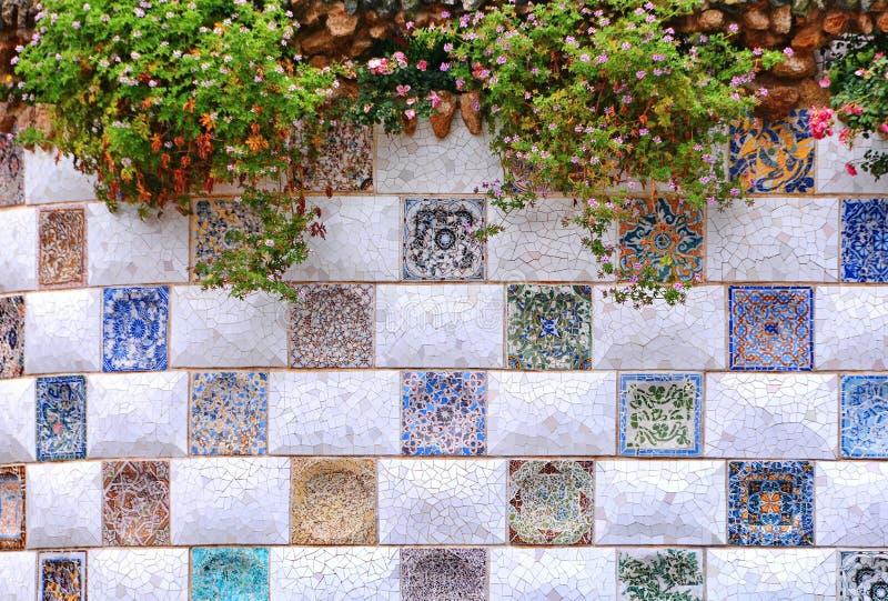 Parkera den Guell mosaikväggen royaltyfria bilder