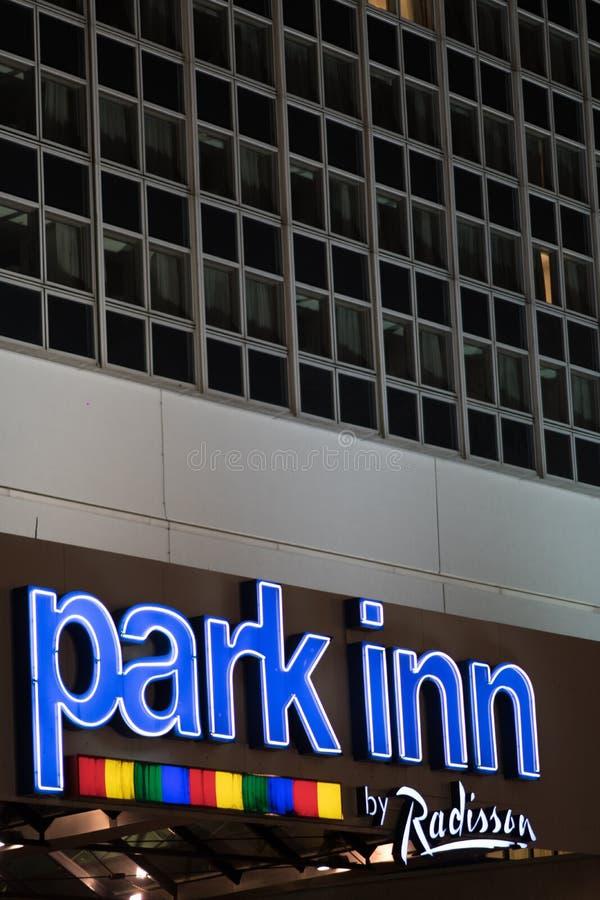 Parkera det gästgivargårdRadisson hotellet i Berlin Alexanderplatz royaltyfri fotografi