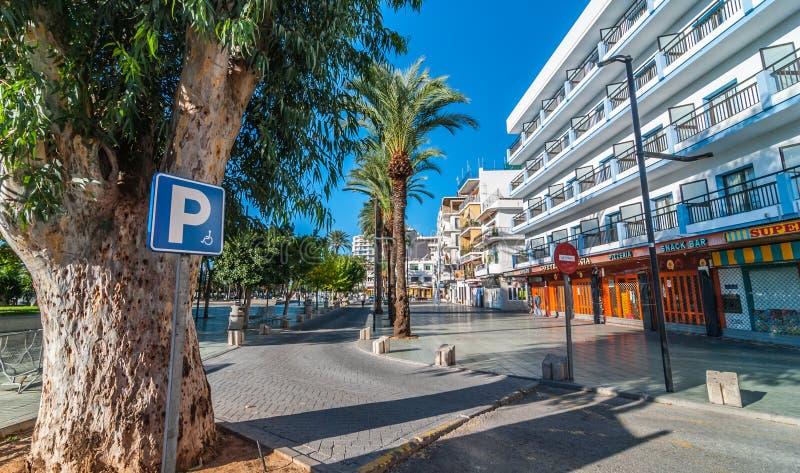 Parkera för rörelsehindrade personer som är tillgängligt på lokala marknader i Ibiza Värme den soliga dagen i St Antoni de Portma fotografering för bildbyråer