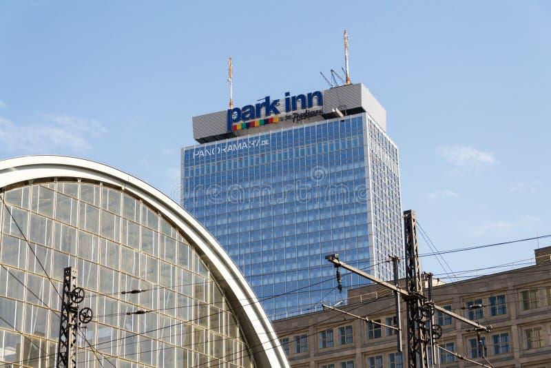Parkera gästgivargården vid Radisson Berlin Alexanderplazt hotell- och semesterortlogo på hotellbyggnaden royaltyfri bild