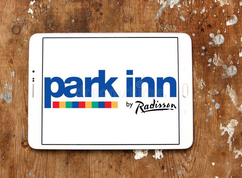 Parkera gästgivargården vid Radisson hotelllogo fotografering för bildbyråer