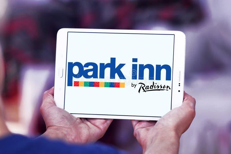 Parkera gästgivargården vid Radisson hotelllogo arkivbilder