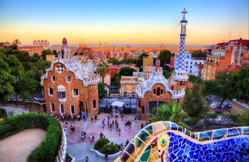 Parkera Guell, Barcelona, Spanien på solnedgången