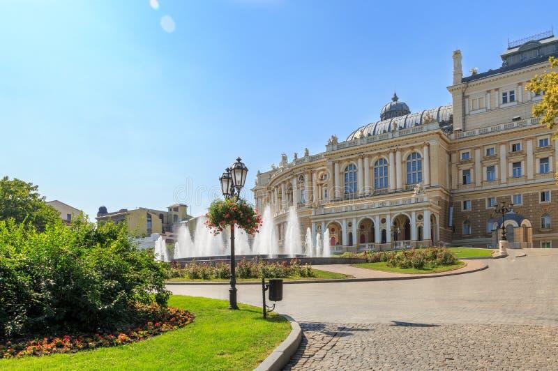 Parkera i den Odessa mitten Ukraina med operahusbakgrund royaltyfri fotografi