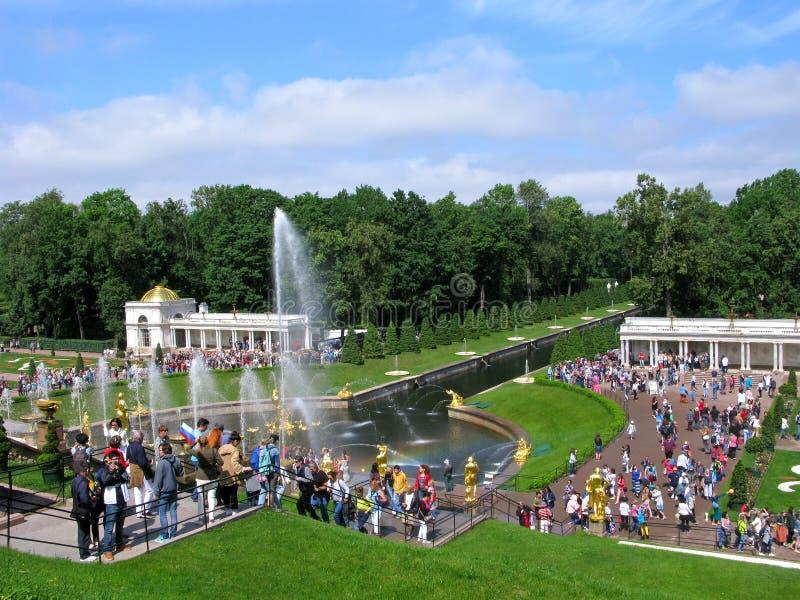 Parkera i Peterhof, den stora kaskaden, folkmassa av folk arkivfoton