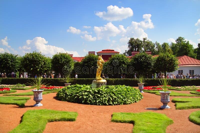 Parkera i Peterhof. St Petersburg royaltyfri foto