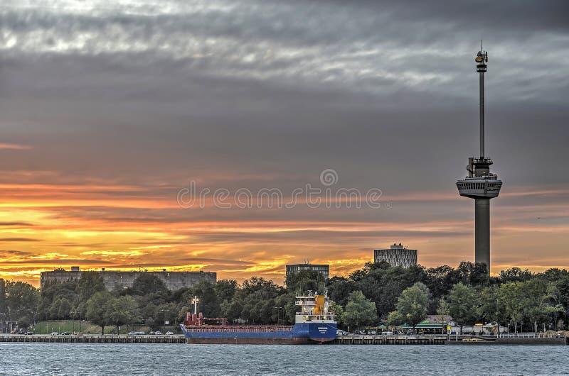 Parkera kajen och Euromast på solnedgången royaltyfri fotografi