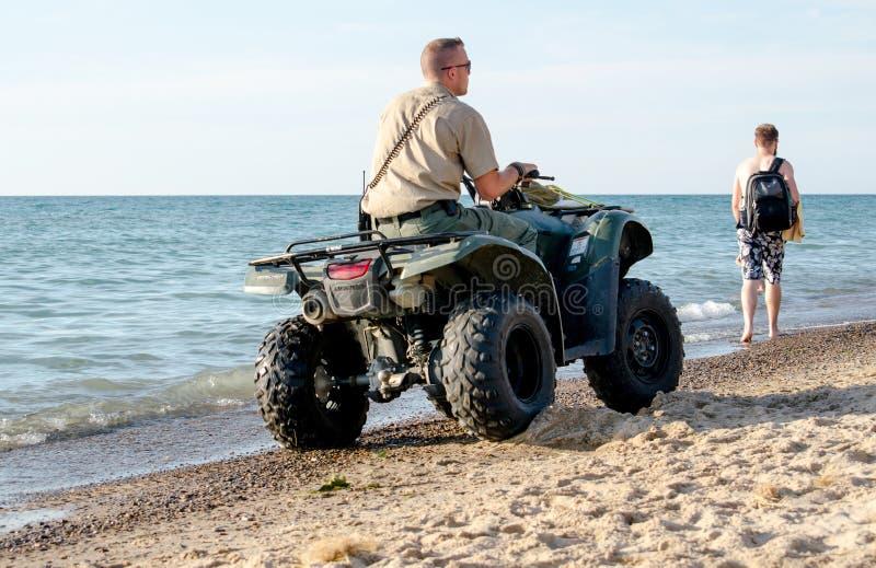 Parkera kommandosoldaten som arbetar på stranden royaltyfria foton
