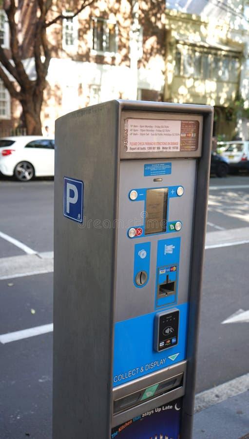 Parkera lön- och skärmbiljetten bearbeta med maskin att betala vid kreditkorten eller kassa på den Albion gatan royaltyfria bilder