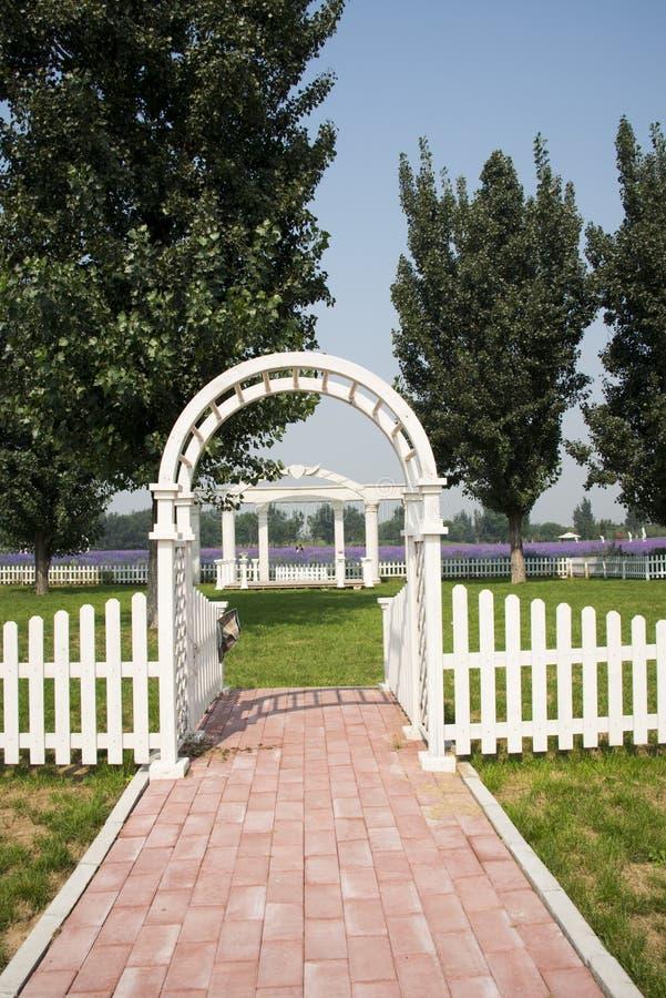 Parkera landskapsarkitektur, vitbågeporten, staket royaltyfri bild