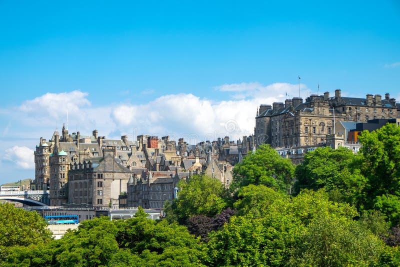 Parkera och byggnader i Edinburg royaltyfri bild