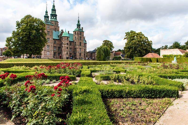 Parkera och den Rosenborg slotten i Köpenhamnen, Danmark fotografering för bildbyråer