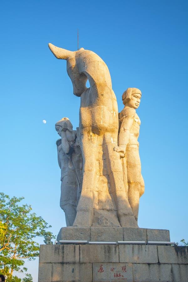 Parkera på ett högt berg i Kina, hjort vände hans huvud hög staty av en flicka med en pojkvän en nationell legend arkivbild