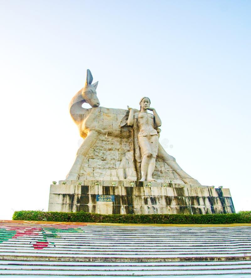 Parkera på ett högt berg i Kina, hjort vände hans huvud hög staty av en flicka med en pojkvän en nationell legend fotografering för bildbyråer