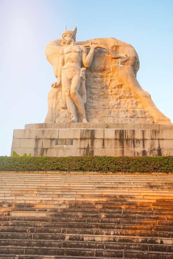 Parkera på ett högt berg i Kina, hjort vände hans huvud hög staty av en flicka med en pojkvän en nationell legend royaltyfria bilder