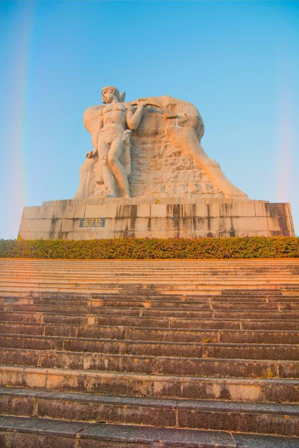 Parkera på ett högt berg i Kina, hjort vände hans huvud hög staty av en flicka med en pojkvän en nationell legend arkivfoton