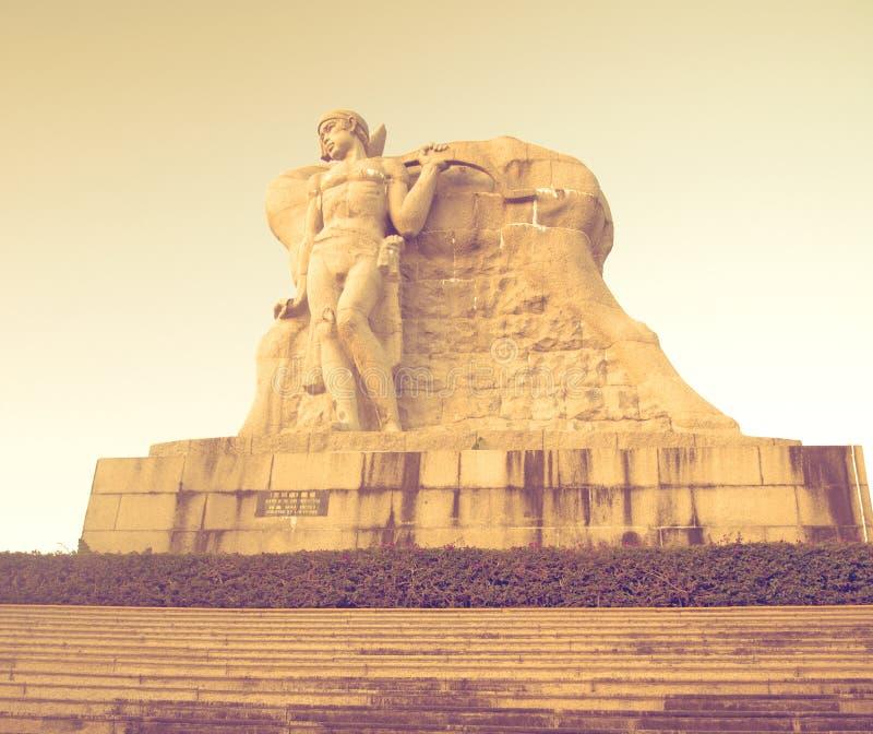 Parkera på ett högt berg i Kina, hjort vände hans huvud hög staty av en flicka med en pojkvän en nationell legend arkivbilder