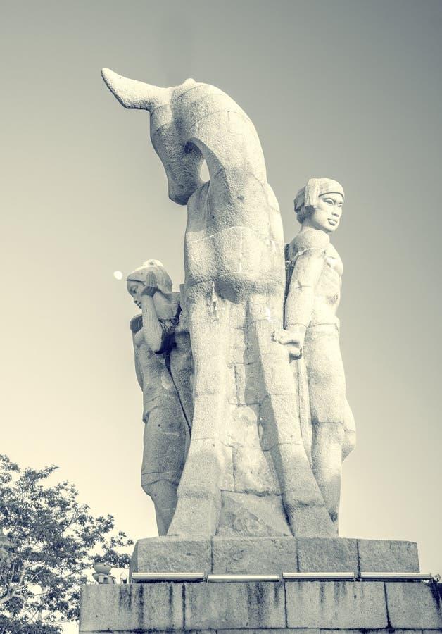 Parkera på ett högt berg i Kina, hjort vände hans huvud hög staty av en flicka med en pojkvän en nationell legend royaltyfri bild