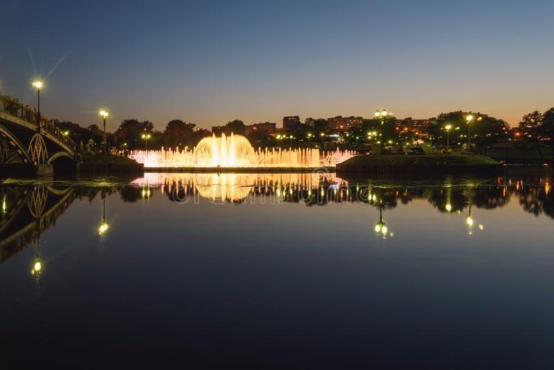 Parkera reflexionen moscow för ljus för natten för springbrunndammbron arkivbild