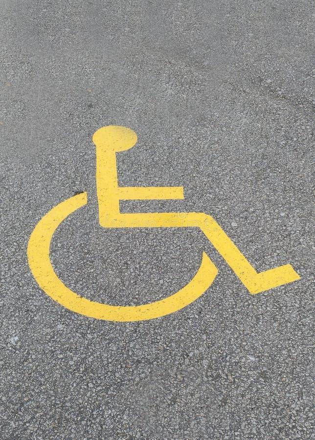 Parkera tecknet för rörelsehindrat folk på vägen royaltyfria bilder