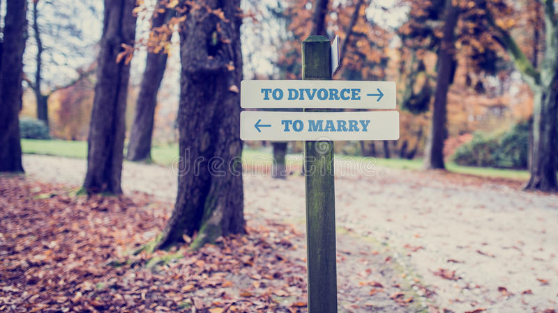 Parkera vägvisaren för för att skilja sig från och att gifta sig begrepp arkivbilder