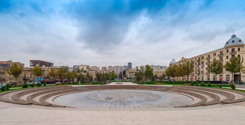 Parkera vinterboulevarden, den Baku staden arkivbild
