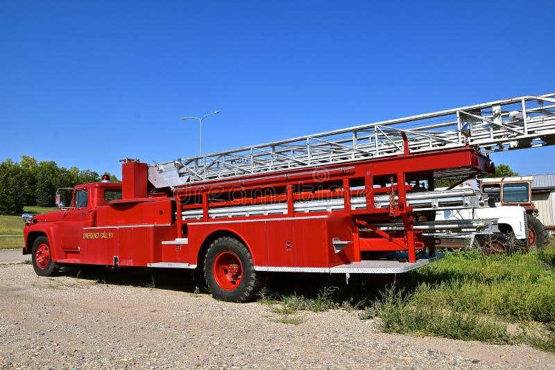 Parkerad gammal brandlastbil av 60 `en s och 70 ` s royaltyfri fotografi