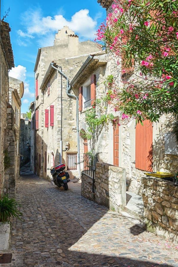 Parkerad motor i en gata av byn Viviers i Ardechen royaltyfria bilder
